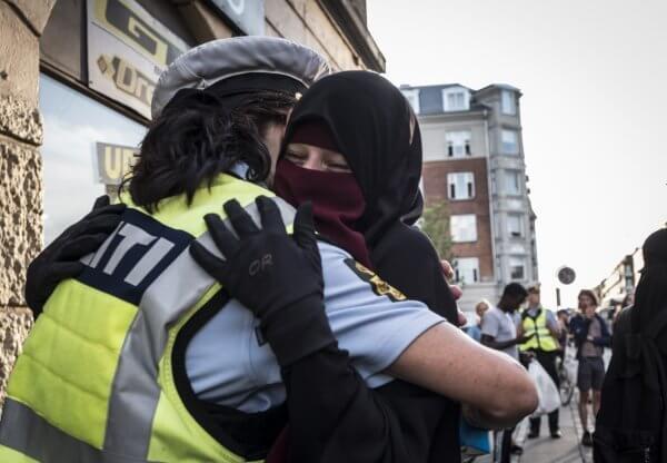 Niqab og betjent